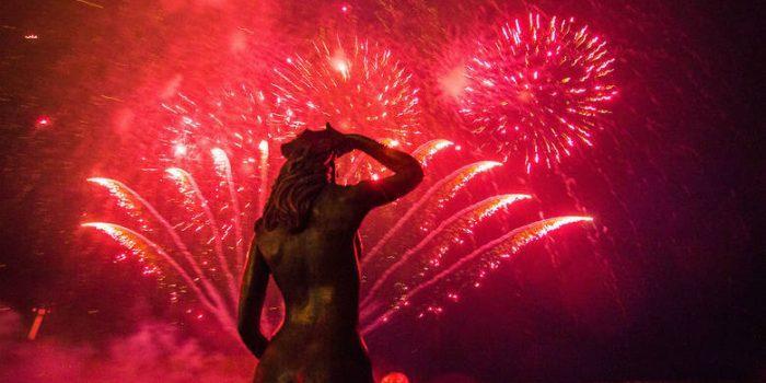 Lech Fire Festiwal w Ustce – pirotechnicy zaprezentowali swoje umiejętności pomimo złej pogody.